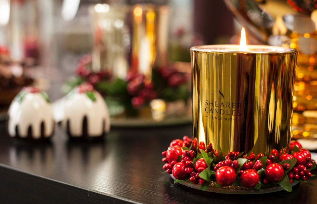 Oud candle with Christmas accessories